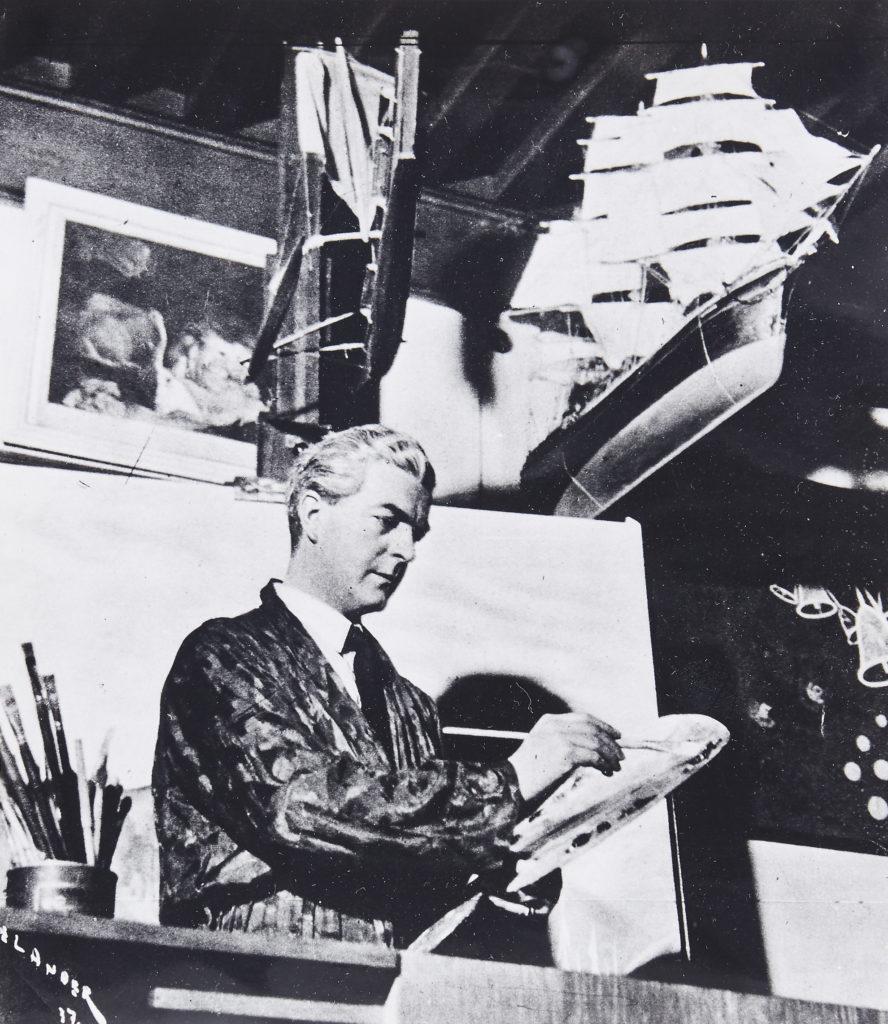 Konstnären Ewald Dahlskog i färd med att måla. I bilden syns också kat. nr. 363 i auktionen (Båtmodell).
